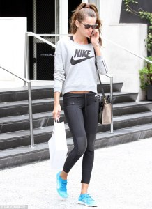 winter-work-out-street-style-model-walking-to-the-gym